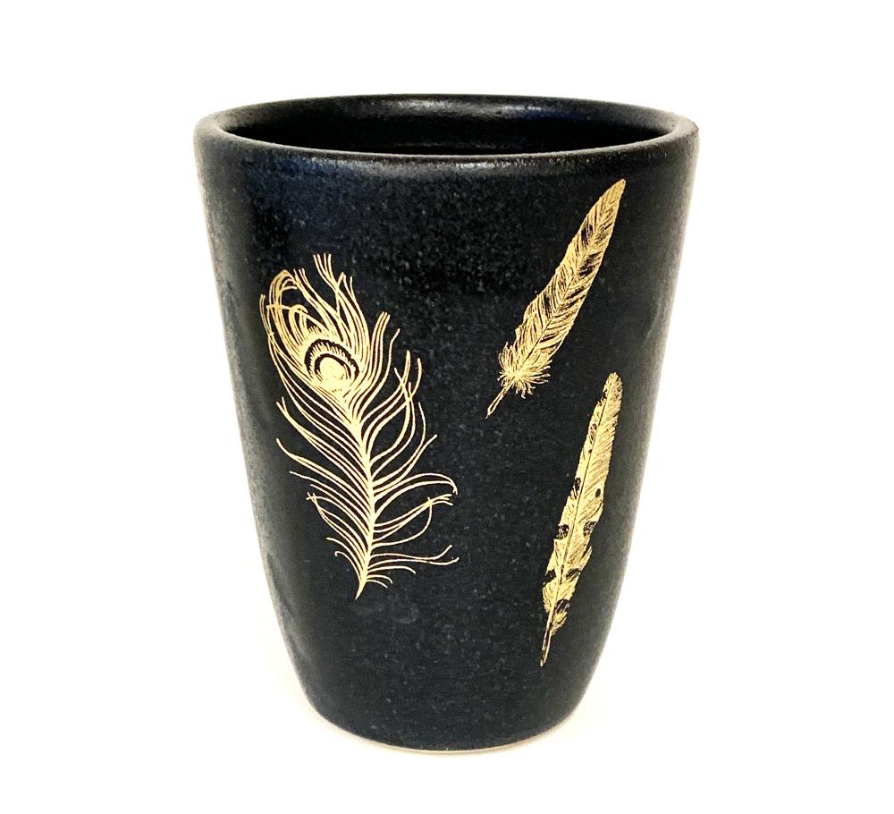 Becher mit Federn aus Gold