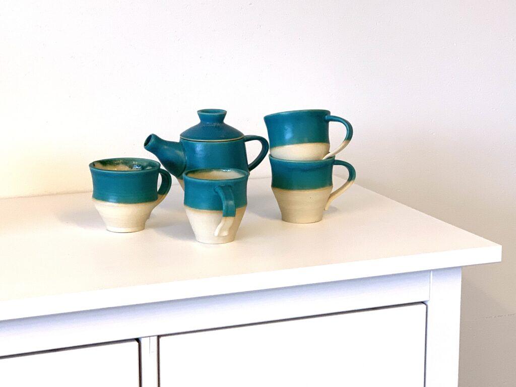 Krug mit Tassen aus Steinzeugton